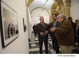 Inaugurada la exposición 'Historias de playa' en la Diputación de Cádiz
