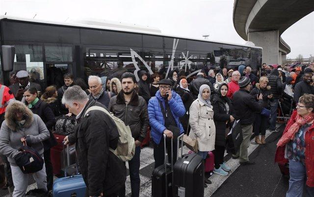 Desalojo del aeropuerto de París-Orly tras el incidente.