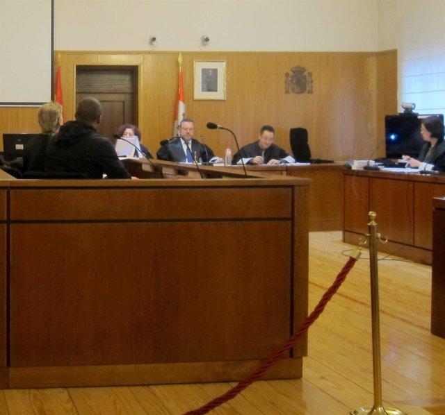 El acusado, de espaldas, durante el juicio en la Audiencia.