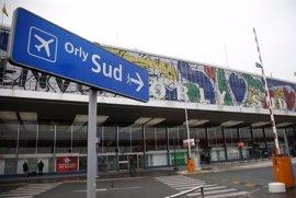 Muere a tiros un presunto islamista en el aeropuerto de París-Orly tras arrebatar su arma a una militar
