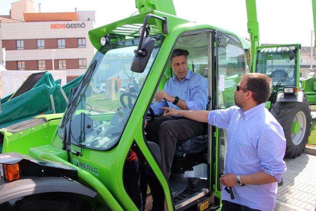 El coordinador general del PP catalán, Xavier García Albiol, en un tractor