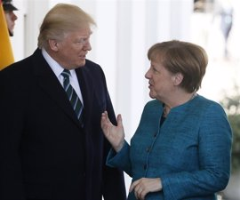 """Trump destaca la buena sintonía con Merkel pero pide a Alemania """"más dinero"""" por la defensa que le proporciona"""