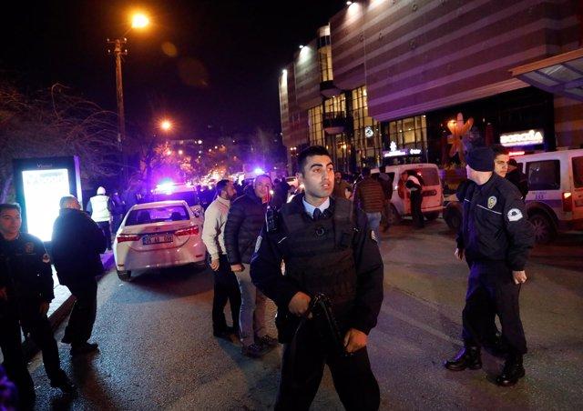 La policía turca en la galería donde ha sido disparado el embajador ruso