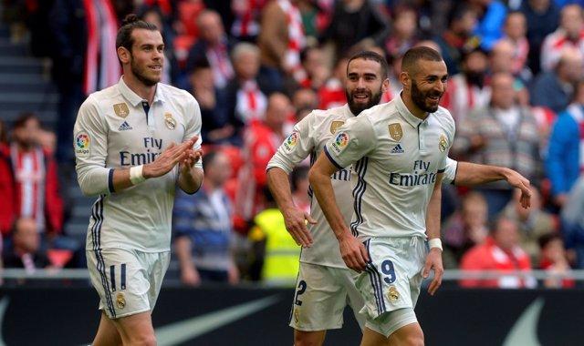 Gareth Bale, Dani Carvajal y Karim Benzema celebra un gol con el Real Madrid