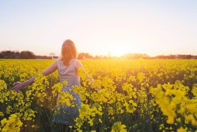 Mujer en el campo, primavera