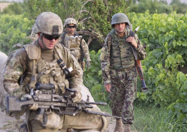 Soldados afganos y de EEUU patrullan juntos en busca de los talibán