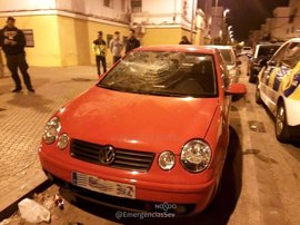 Detenido por agredir con una barra de hierro a dos vecinos y dañar ocho coches en Sevilla