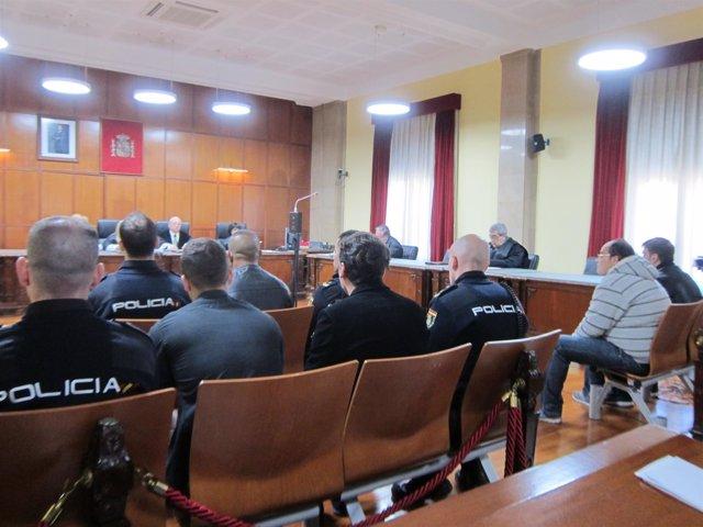 Los cinco acusados ante el tribunal que les juzga