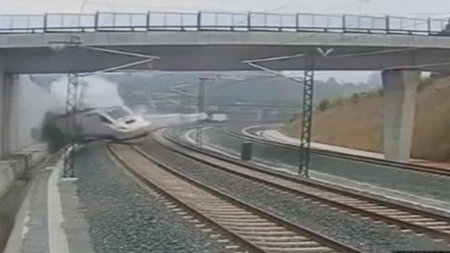 Momento en que un tren Alvia descarrila en la curva de Angrois
