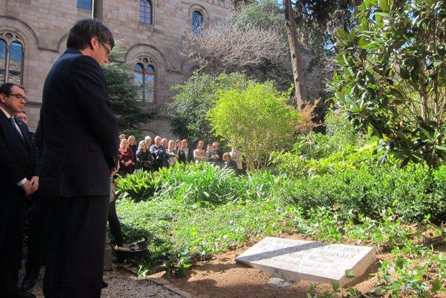 El pres.  Carles Puigdemont davant la placa de memòria de les víctimes de Fregin