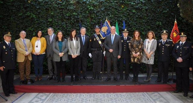 Ruiz (centro), junto al resto de autoridades durante la entrega del guión
