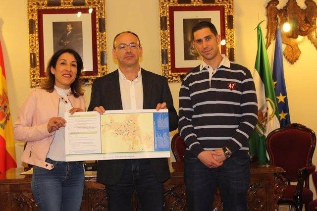 Pozuelo (izda.), durante su visita a Aguilar de la Frontera