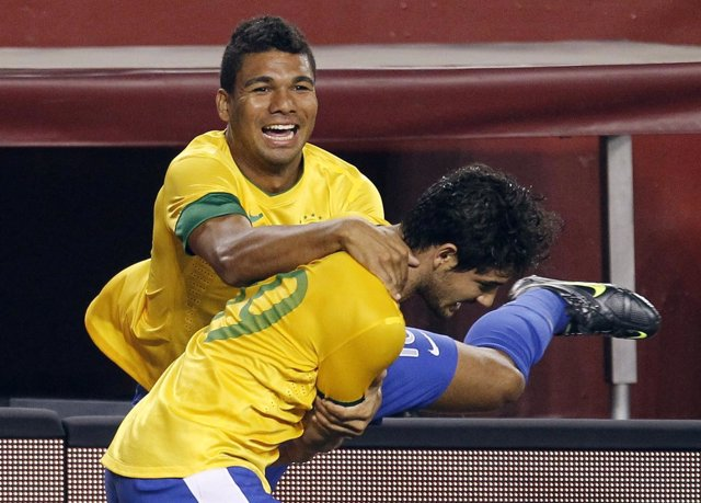 Casemiro con la selección brasileña. Abraza a Pato en el gol