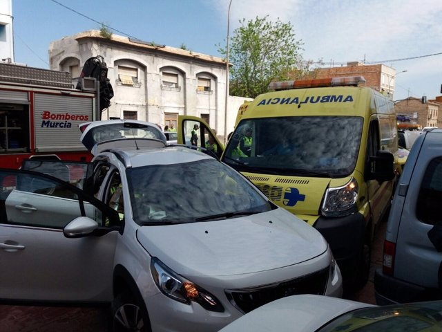 Imagen del turismo y la ambulancia accidentada