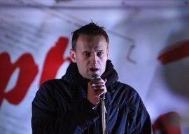 El líder opositor ruso Alexei Navalny es atacado con un líquido inocuo durante un acto electoral en Siberia