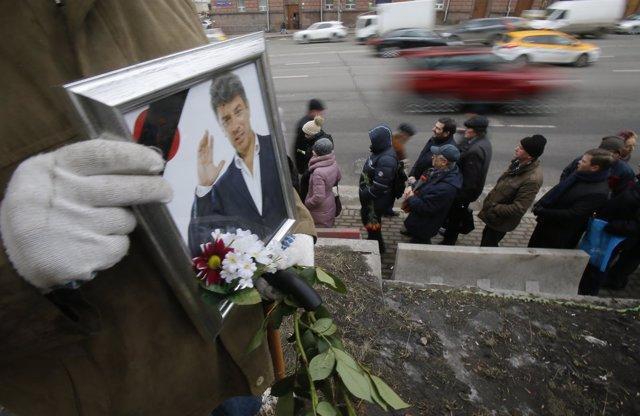 Personas hacen fila para dar último adiós a Nemtsov