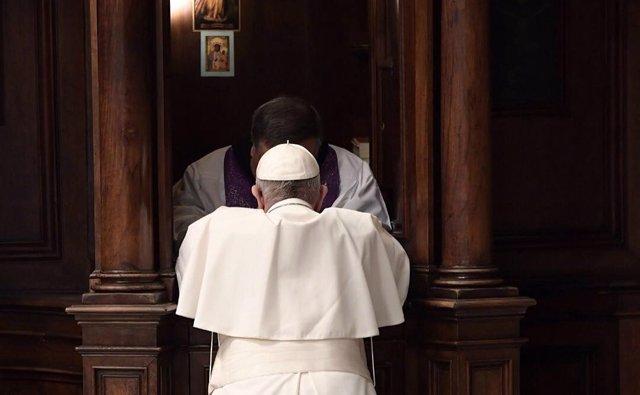 El Papa Francisco confesándose