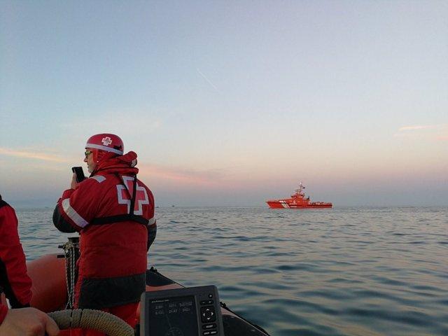 Embarcación de Cruz Roja buscando a los marineros desaparecidos en Barcelona