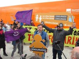 Tensión en la llegada del autobús de Hazte Oír a Pamplona, que moviliza a activistas LGTBI en protesta