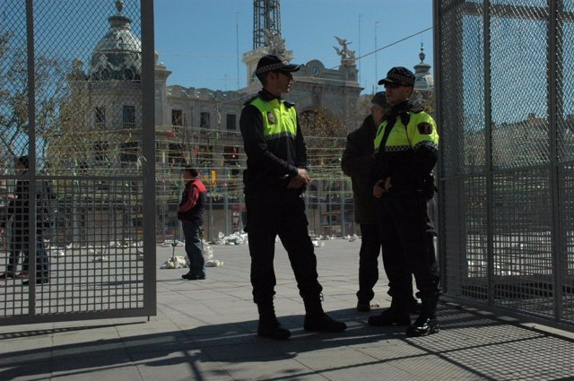 Agentes de la Policía Local de Vallència vigilan el montaje de la mascletà