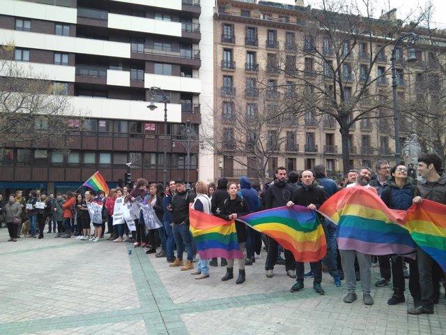 Protesta ante el Parlamento contra el autobús de Hazte Oír
