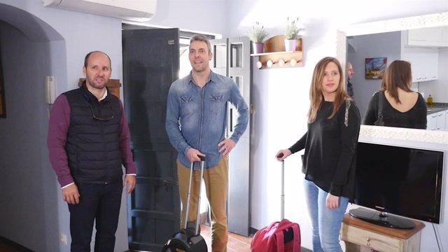Varios turistas llegan a su destino