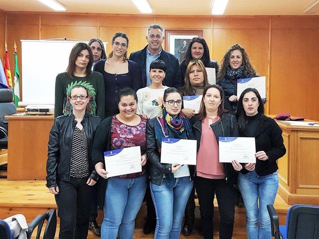 Las doce alumnas del curso de Marketing Digital, con sus diplomas.