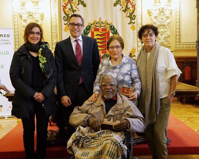 La concejal Rafalea Romero, junto a los homenajeados en el Día contra el Racismo