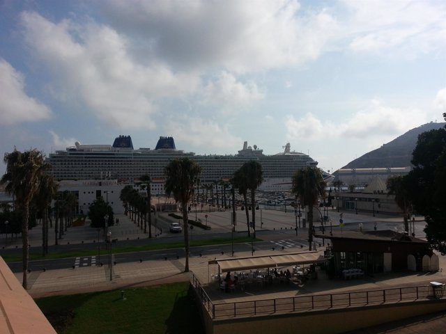 Un barco en el Puerto de Cartagena. Transatlántico. Crucero. Muelle. Turismo