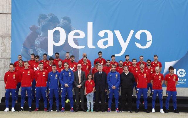 Foto de familia tras el acuerdo entre la selección y Pelayo