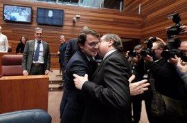 Mañueco, felicitado por Herrera, miembros de la Junta y Silván al inicio del Pleno