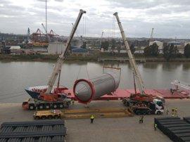 Desembarcan en el Puerto con destino a Heineken tres grandes tanques de fermentación de cerveza