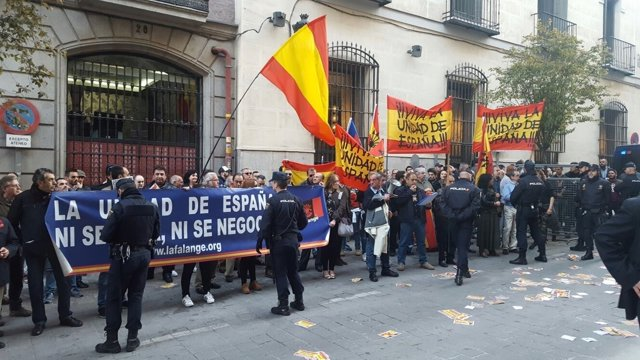 Protesta frente al Ateneo en un acto de Artur Mas