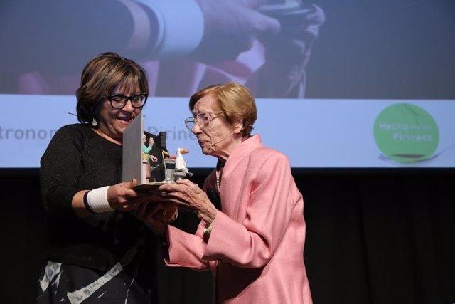 La nonagenaria Maruja Callevad recibe un premio de Hecho en los Pirineos