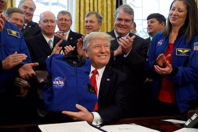 Trump recibe una chaqueta de la NASA