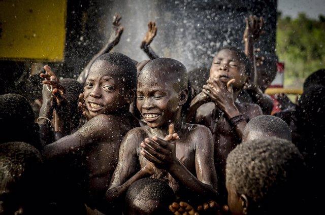 Niños celebran la perforación de un pozo de agua en Ghana