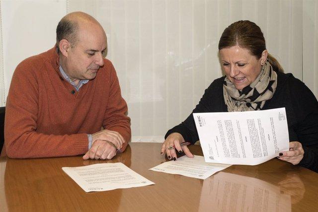 Jordi Pérez Tur y Consuelo Cervera formalizando la donación