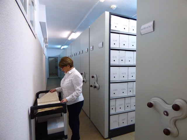 Trabajadora en uno de los archivos de la provincia de Zaragoza