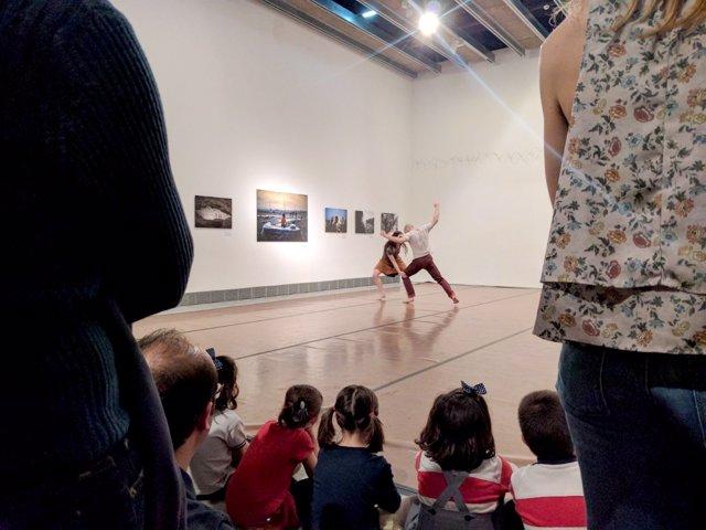 La compañía LaMov actuando en la sala de la exposición 'Mare Nostrum'