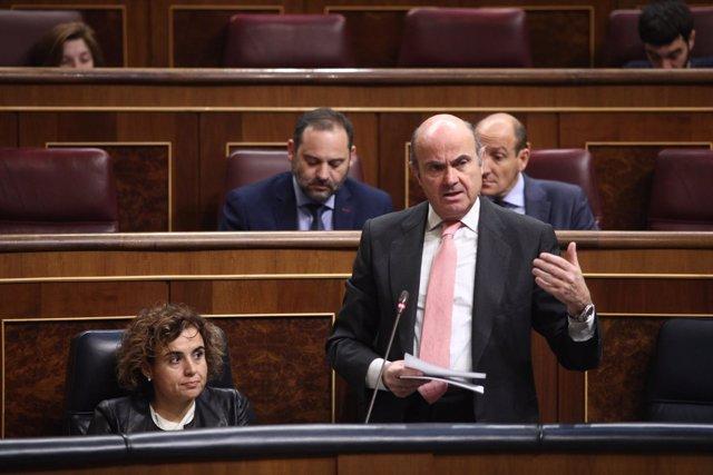 El ministro Luis de Guindos en la sesión de control en el Congreso