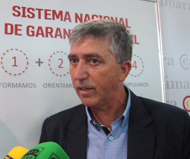 El conseller de Economía, Rafael Climent, atendiendo a los medios