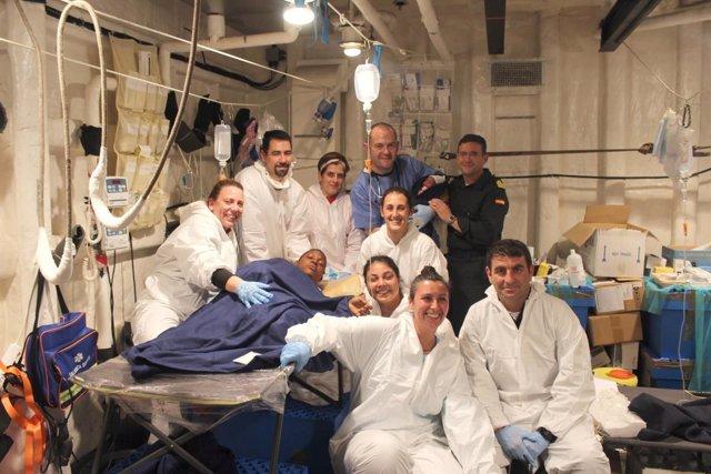 Mujer que ha dado a luz en la fragata 'Canarias' con el equipo médico