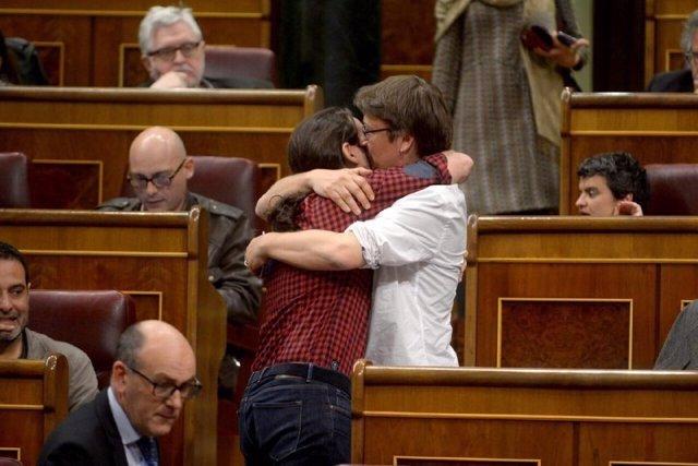 Pablo Iglesias y Xavier Domènech se funden en un abrazo en el Congreso