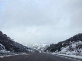 La nieve llega a la montaña gallega y el viento deja rachas de 100 km/h en Cíes