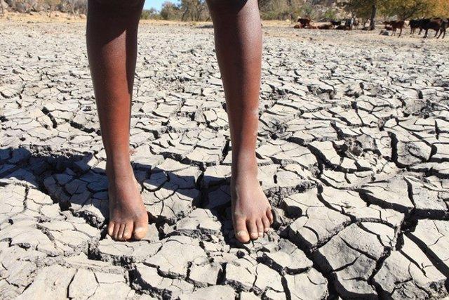 Una niña en una presa seca en Zimbabue