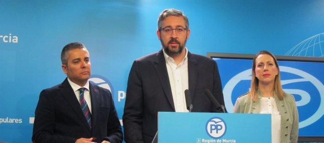 El portavoz del PP, Víctor Martínez junto a Cano y Robles