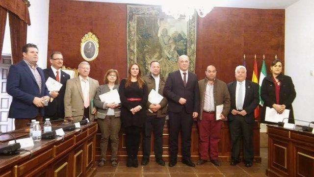 Ruiz (centro), junto a representantes de las asociaciones