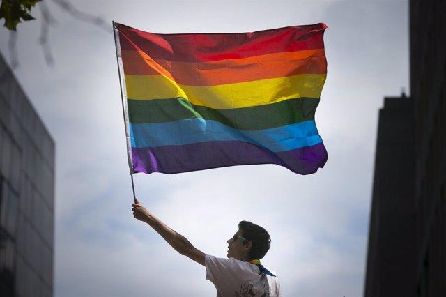 Una bandera arco iris en un desfile del orgullo gay en San Francisco