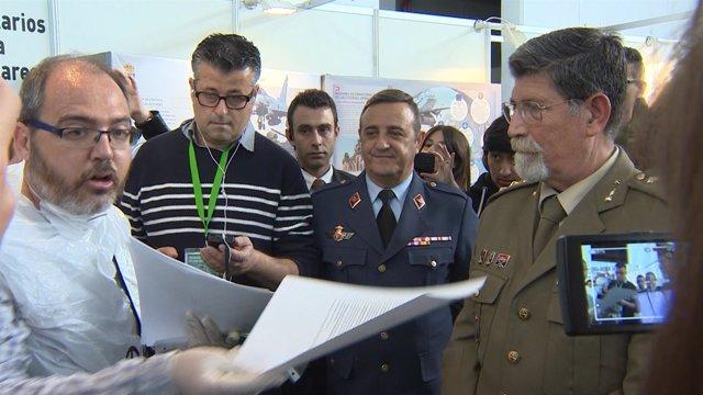 Desmilitaritzem l'Educación entrega manifiesto al coronel L.Castuera