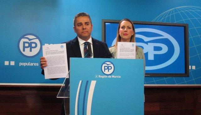 Jesús Cano presenta las mociones del PP acompañado de María Robles
